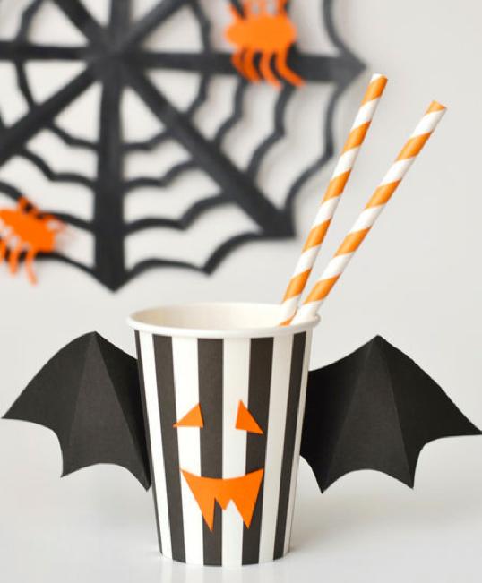 Vaso blanco con negro con alas de murciélagos