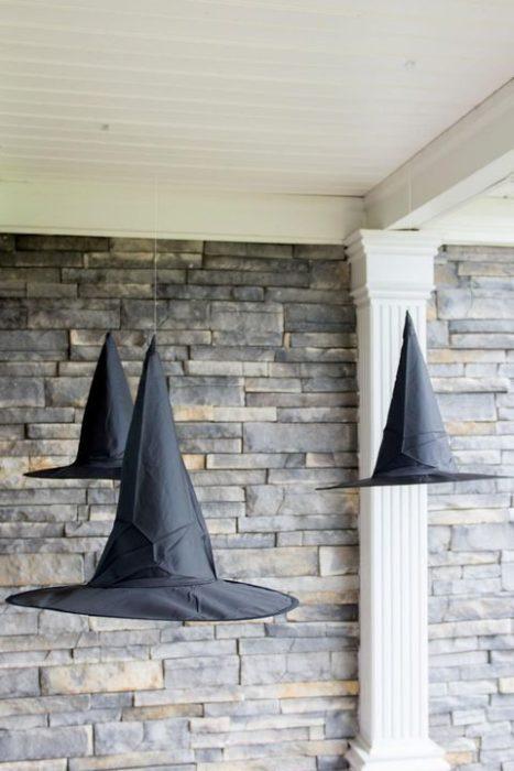 Sombreros de bruja colgantes