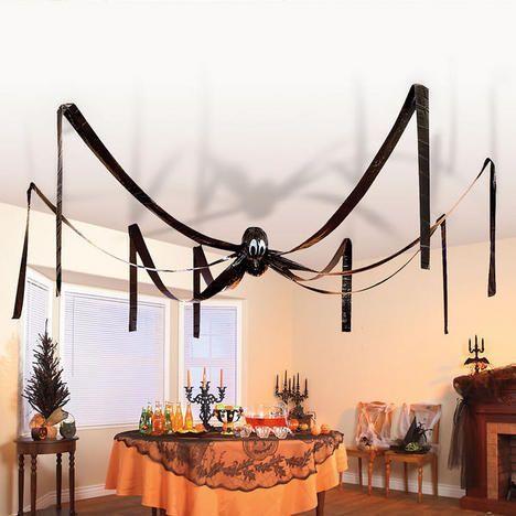 Araña hecha con globos y papel china colgando del techo
