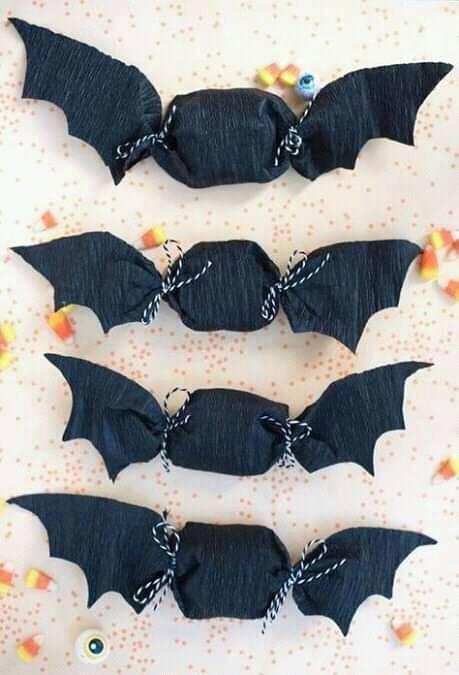 Dulces envueltos en papel negro en forma de murciélago