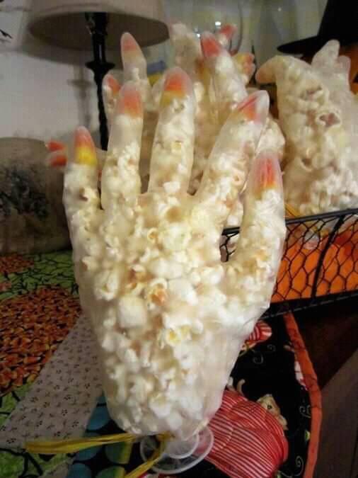 Guantes de plástico llenos palomitas de maíz