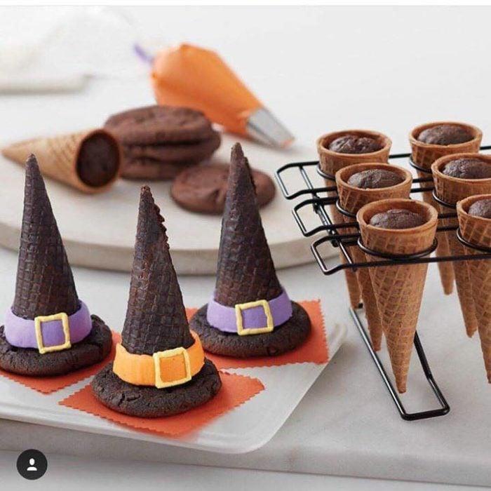 Gorritos de bruja hechos con conos de helado