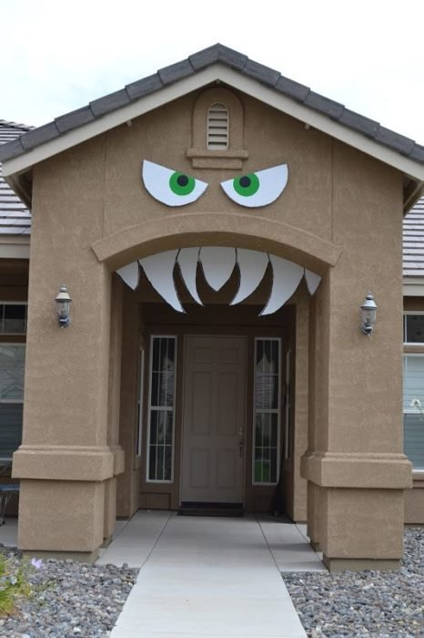 Casa con colmillos y ojos de cartón