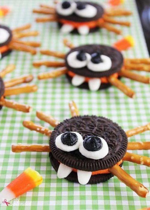 Galletas oreos con pretzels en forma de araña