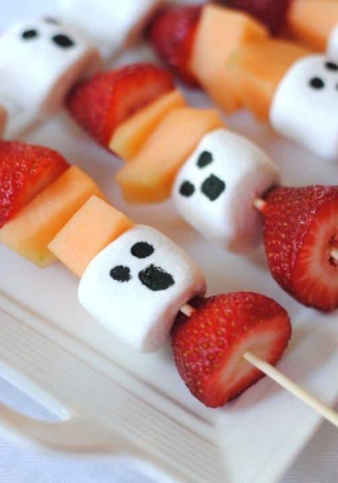 Brocheta de frutas con malvaviscos en forma de fantasmas