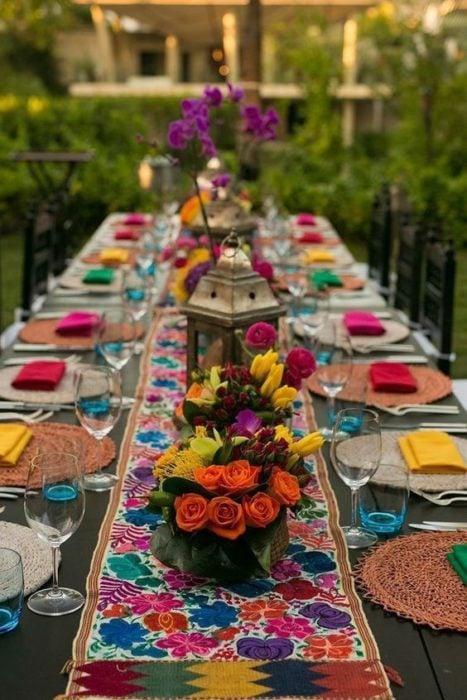 Mesa de boda con camino de mesa colorido