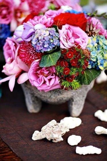 Molcajete con flores como centro de mesa