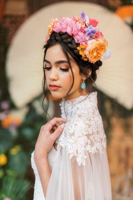 Novia con corona de flores con corona de flores