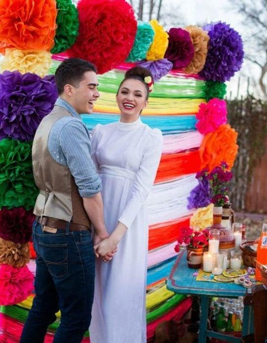 Pareja de novios con boda de temática mexicana