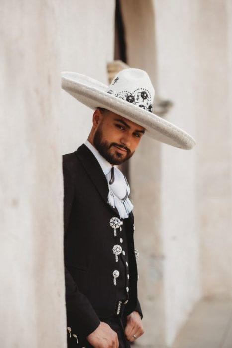 Novio vestido como charro mexicano