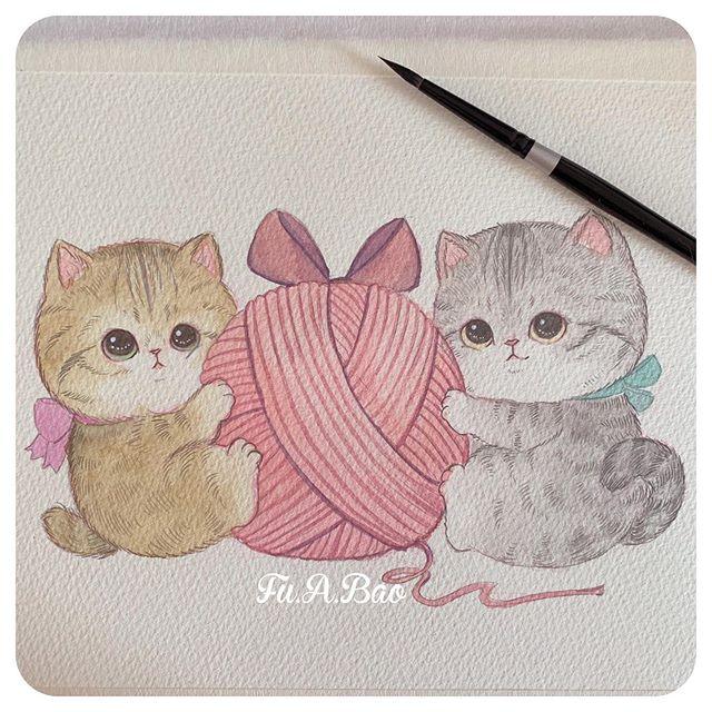 Ilustración kawaii de gatitos naranja y gris con una bola de estambre