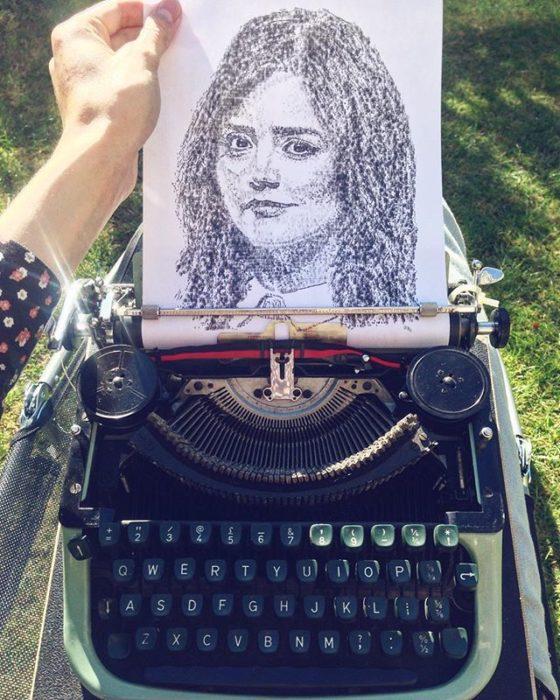 Dibujo de James Cook hecho en una máquina de escribir de la actriz Jenna Coleman quien actúa en Dr. Who