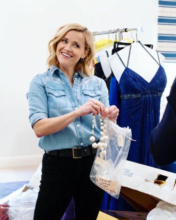 Reese Whiterspoon organizando su ropa y accesorios