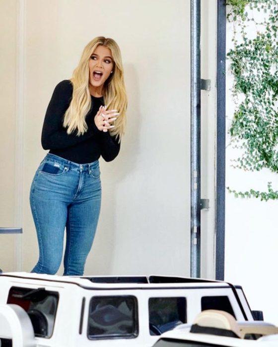 Khloé Kardashian sorprendida al ver cómo organizaron su garaje