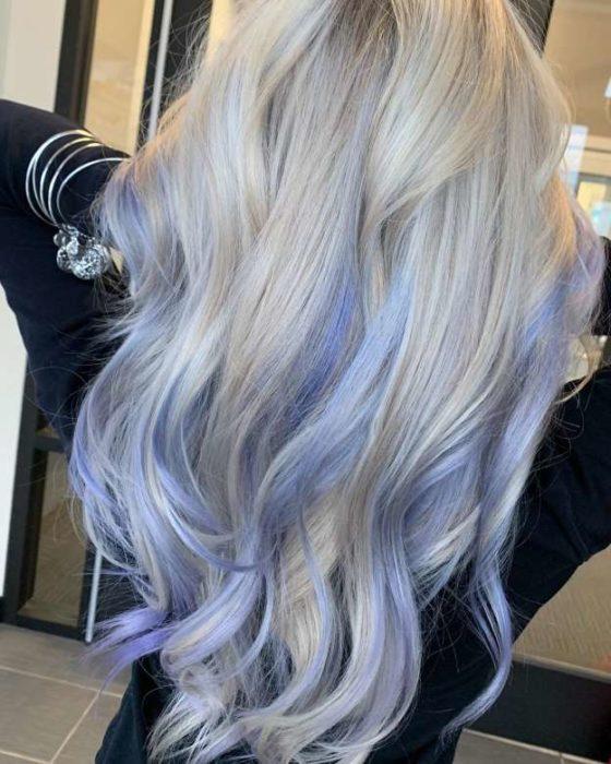 Chica con el cabello teñido de color lavanda con una combinación de rubio