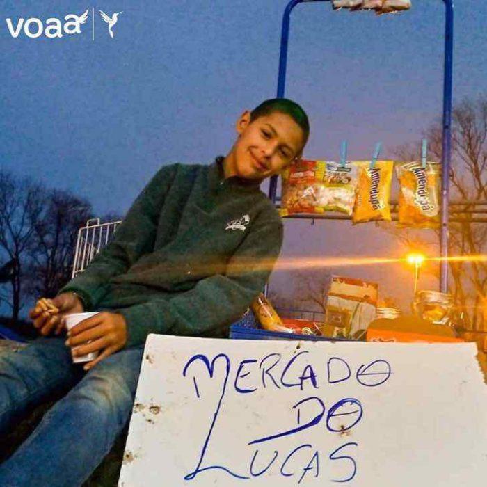 Niño llamado Lucas que colocando su tienda de dulces para ayudar a su mamá
