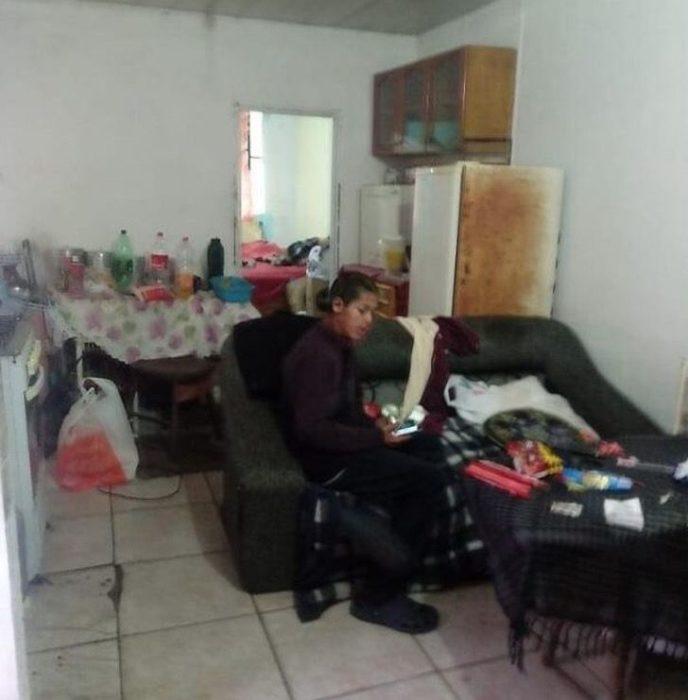 Niño llamado Lucas sentado en la sala de su casa