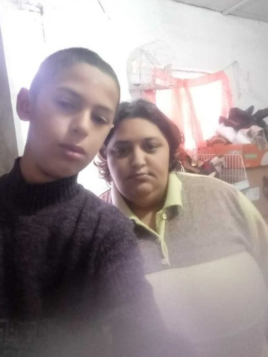 Lucas, niño que vende dulces en Brasil tomándose una selfie junto a su mamá