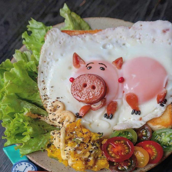 Platillo creador por la usuaria en Instagram Etoni Mama, huevo estrellado en forma de Jam de Toy Story