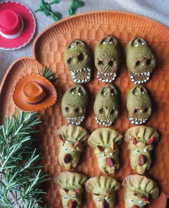 Platillo creador por la usuaria en Instagram Etoni Mama, galletas integrales en forma de Rex y Trixie de Toy Story