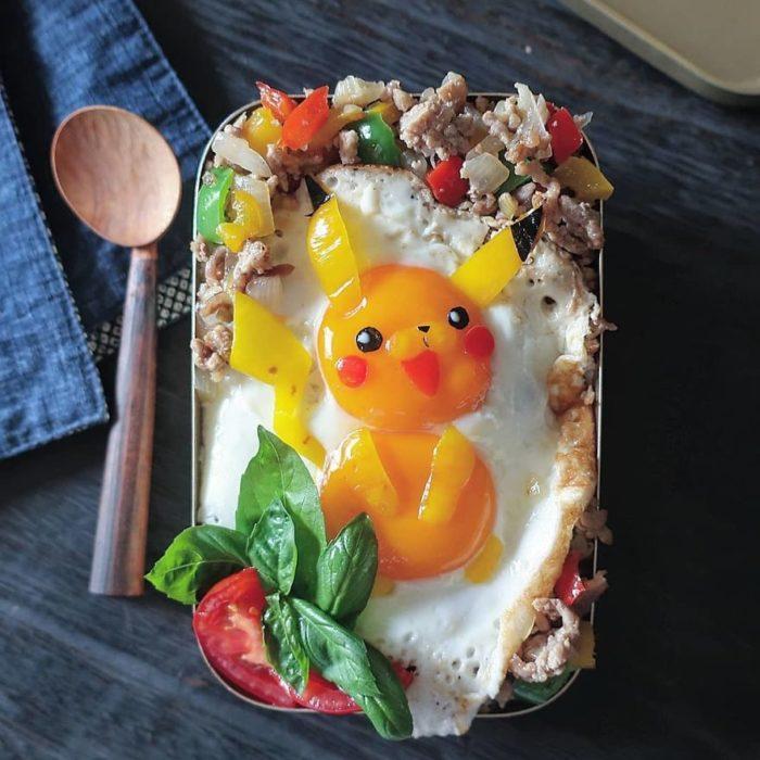 Platillo creador por la usuaria en Instagram Etoni Mama, pan tostado con huevo estrellado en forma de pikachú