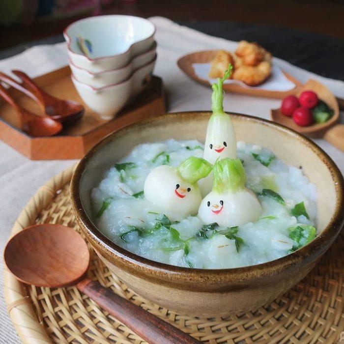 Platillo creador por la usuaria en Instagram Etoni Mama, sopa de fideos con cebollas de bao