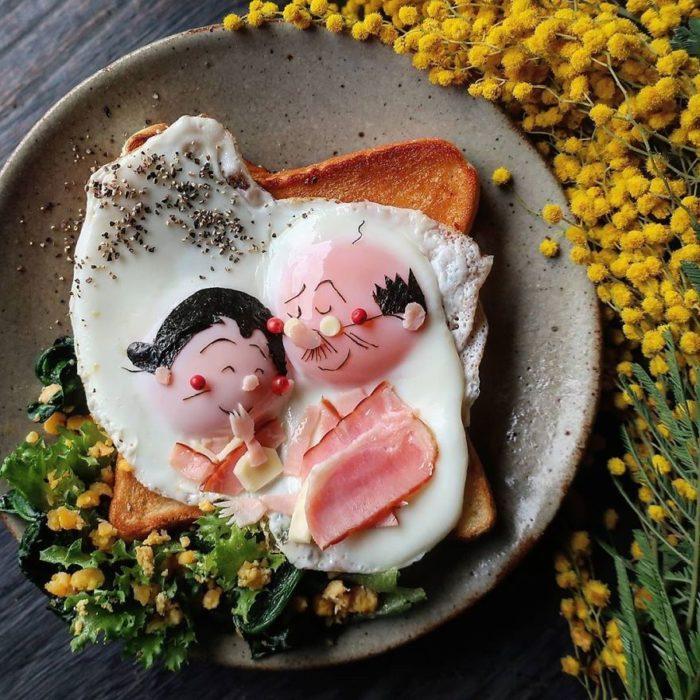 Platillo creador por la usuaria en Instagram Etoni Mama, pan tostado con huevo estrellado en forma de pareja abrazada
