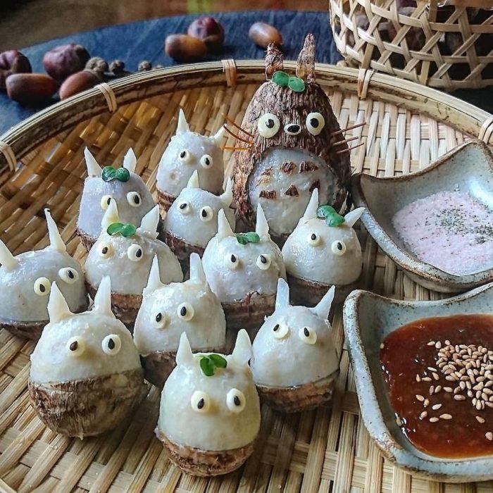 Platillo creador por la usuaria en Instagram Etoni Mama, bolas de arroz en forma de Totoro