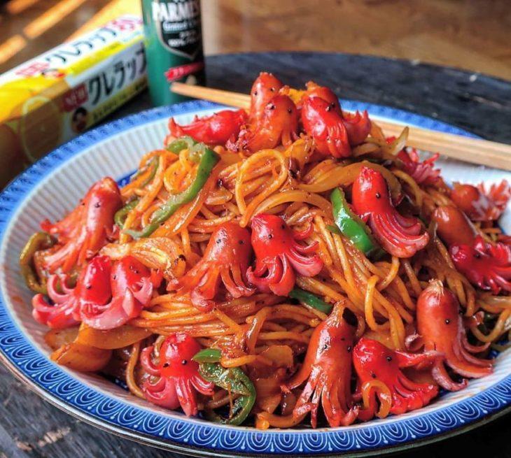 Platillo creador por la usuaria en Instagram Etoni Mama, sopa de spaguettia con pulpos de salchicha