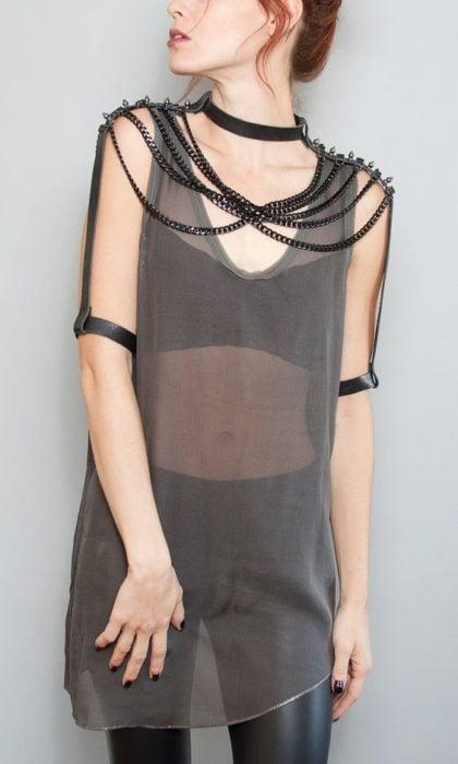 Cadenas negras sobre camisa en transparencia