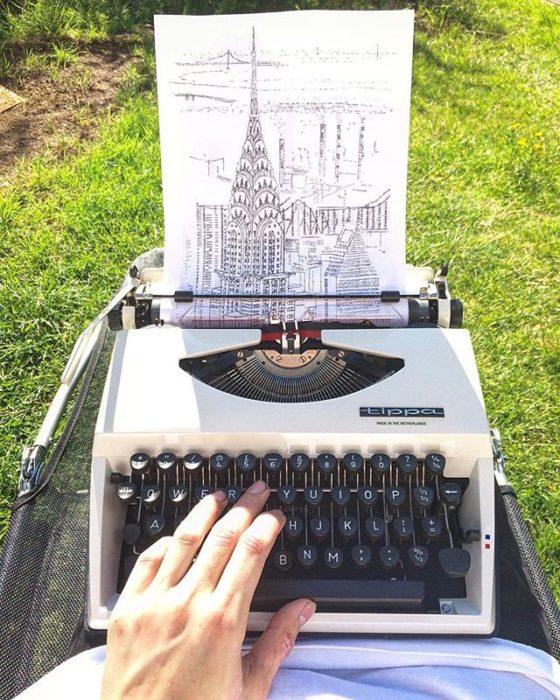Dibujo de James Cook hecho en una máquina de escribir de la ciudad de Manhattan en Nueva York