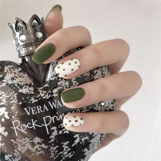 Manicura en color verde olivo