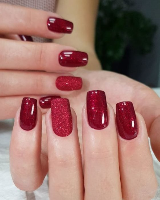 Manicura en color rojo con glitter