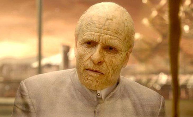 Guy Parce con maquillaje de un hombre anciano en la película de Prometeo