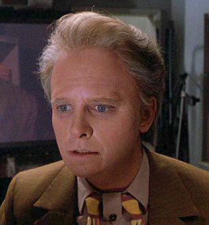 Michael J. Fox con el maquillaje de un anciano en la película Volver al futuro 2