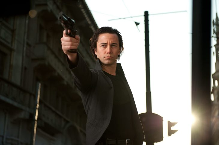 Joseph Gordon-Levitt interpretando a una versión más joven de Bruce Willis en la película Asesinos del futuro
