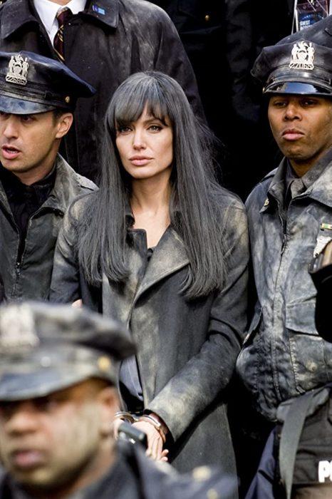 Angelina Jolie en la cinta Salt usando una peluca de color negro