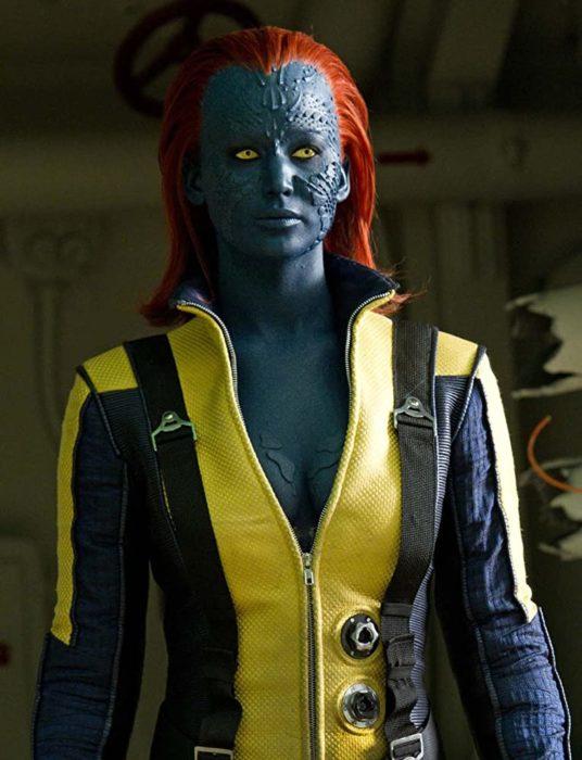Jennifer Lawrence con el maquillaje azul y una peluca de color rojo en la película X-Men
