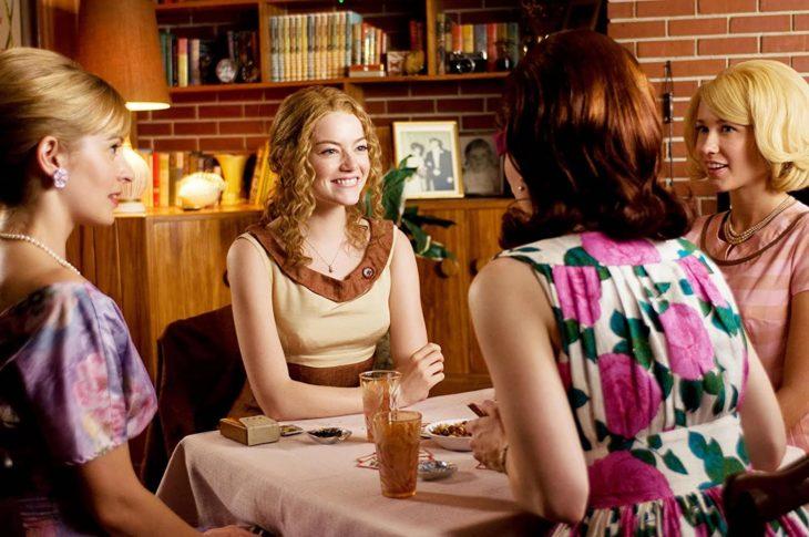 Emma Stone usando una peluca rizada en la película Historias cruzadas