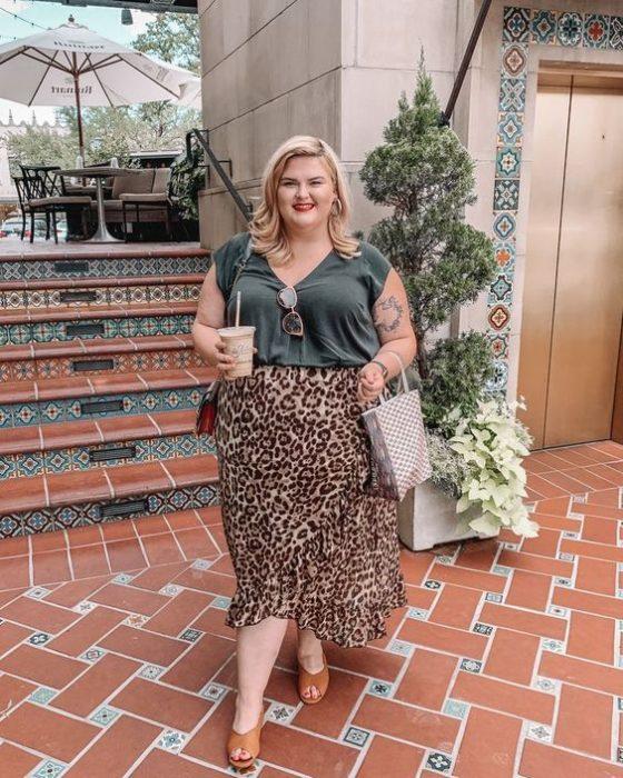 Chica plus size rubia con blusa verde militar y maxi falda de leopardo