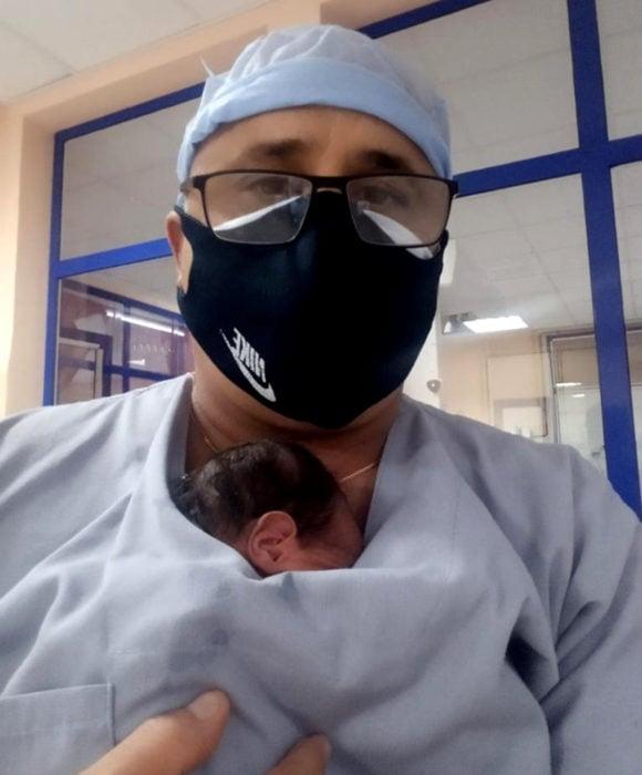 Médico utiliza la técnica 'piel a piel' para salvar a un bebé recién nacido