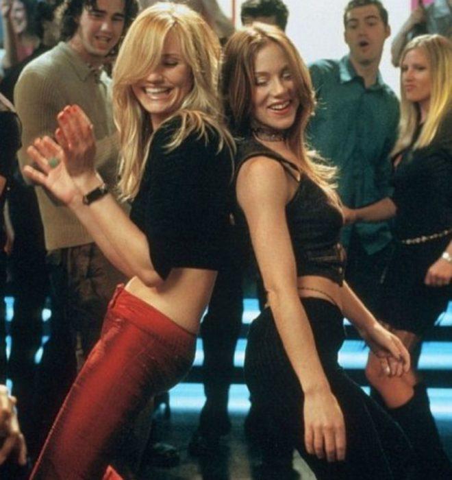 Escena de la película La cosa más dulce, chicas bailando en un club