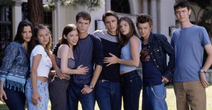Escena de la película Whaterver it takes. Amigos abrazados afuera de la universidad