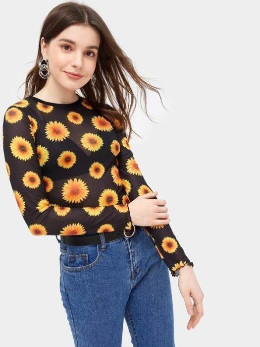 Chica llevando blusa transparente con estampado de girasoles