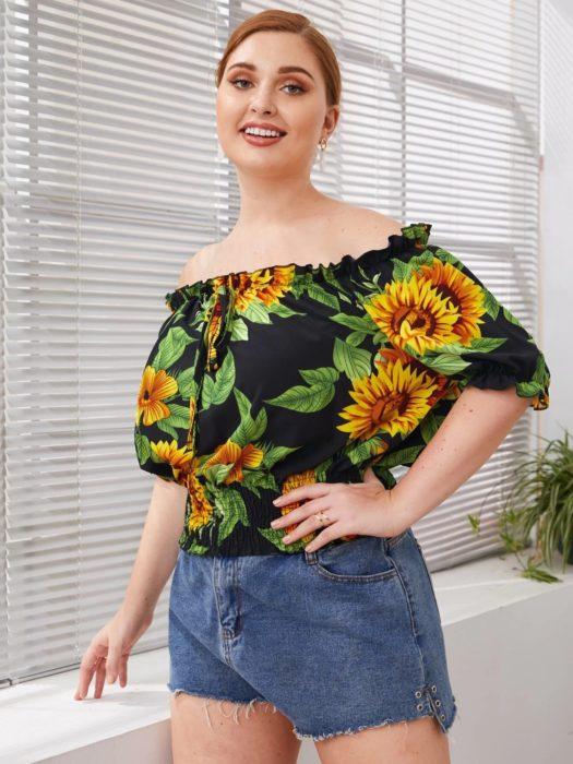 Chica llevando una blusa campesina con estampado de girasoles