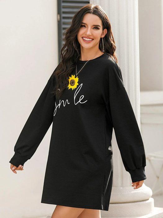 Chica llevando vestido negro con bordado de girasol