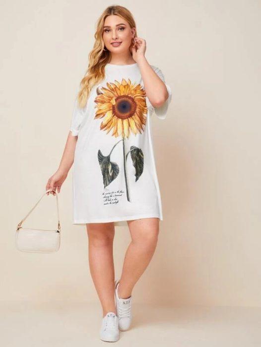 Chica llevando vestido con girasol al frente