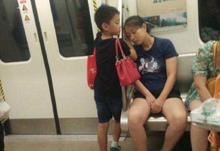 Niño pone su mano para que su madre pueda descansar
