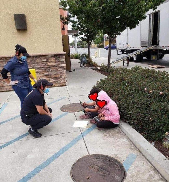 Niñas haciendo la tarea en la calle