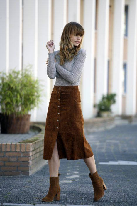 Corduroy outfit in caki color midi skirt with opening in the middle, camel ankle boots and gray long-sleeved blouse